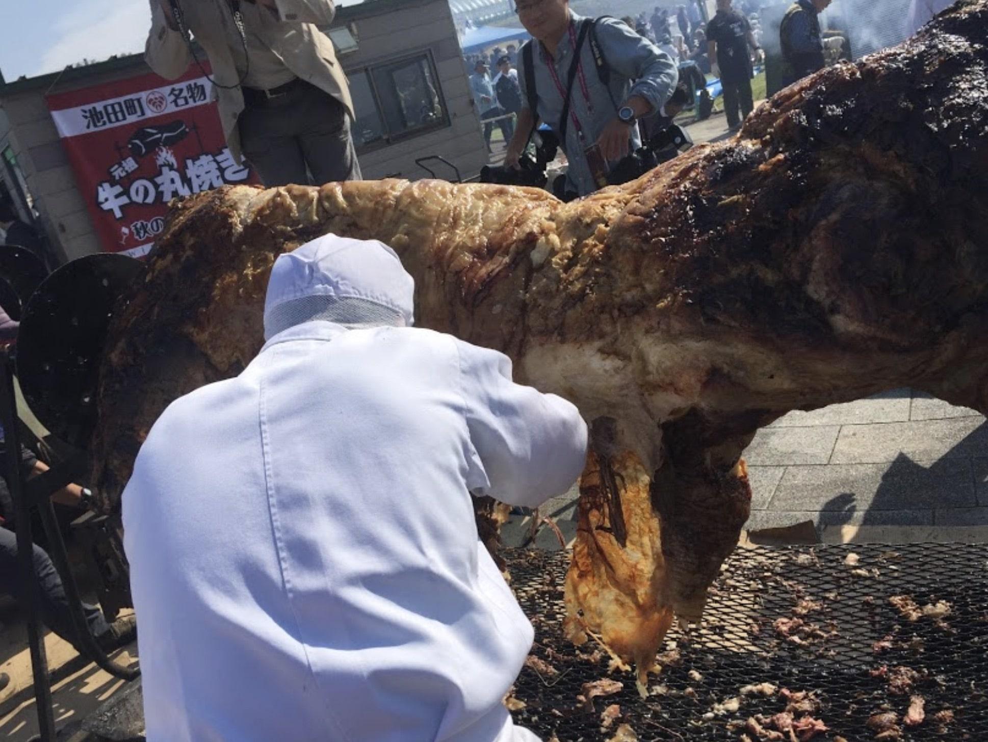 池田町秋のワインまつりの牛の丸焼き