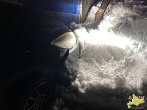 雪に突っ込んだ車